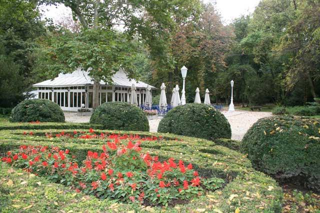 Градски парк у Вршцу, из 19. века - Део очуваног вртног партера код улаза